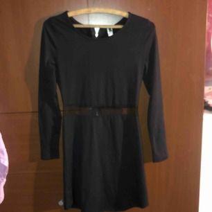 """Nästan helt ny klänning med kedja på ryggen och """"öppen"""" på magen/midjan. Man kan säga att den är i nyttskick!"""