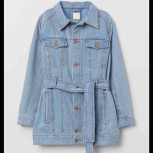 söker jeansjacka med knytskärp!!! I färgen blå eller svart. Storlek xs-s funkar 💗💗💗💗
