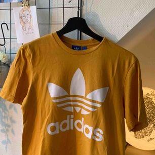 Säljer min gula adidaströja som inte går att få tag på längre💛💛 Superfin och sparsamt använd, nypris 249 kr Köparen står för frakt! ✨🥰