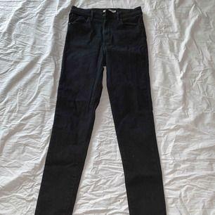 Säljer mina svarta tajta Levi's jeans i modellen Mile High Super Skinny. Säljer på grund av att dem är för stora för mig ⚡️