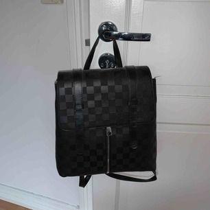 Säljer min fake Louis Vuitton ryggsäck. Köpt för 1,5 år sedan och har använt den 4 gånger. Väskan är fortfarande i fint skick. Säljer den billigt för vill bara bli av med den ⚡️
