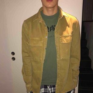 Grön/gul jacka med relaxed fit. Säljer för att jag knappt använder den vilket däremot visar på att den är i gott skick och använd ett fåtal gånger. Frakt ingår inte