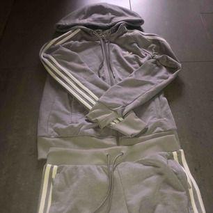 Säljer ett mjuka set i grå från Adidas i storlek S