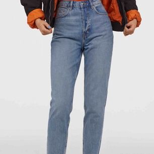 *Säljer åt en vän* Mom jeans från ZARA i storlek 164, passar i S. Helt ny och sällan använt. *Billigt* frakt tillkommer 📦