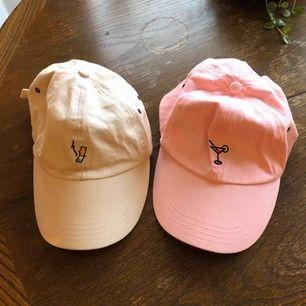 Kepsar köpta via junkyard från märket HYPE. Den beiga är knappt använd men den rosa har använts en del. 150kr/styck 😊 Kan mötas upp i Malmö, annars står köparen för frakt !