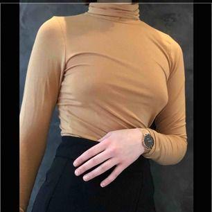 jätte fin beige krag tröja som jag fick i julklapp Säljer den pga hade redan en liknande :( Jag betalar frakten, eller möts upp i Uppsala💞😇