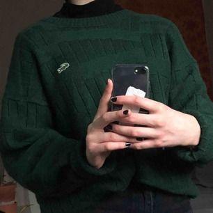 stickad tröja från lacoste, sitter perfekt oversized! 51% ull så riktigt varm, ÄLSKAR men används tyvärr inte så mycket! frakt 65kr!