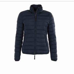 Säljer nu min fina parajumper vår/höst jacka som är inköpt på Johnells hösten 2019 så skicket är jättefint. Om ni vill ha bilder så skickar jag gärna fler vid förfrågan. Jag kan mötas upp i Norrköping eller frakta men då står köparen för frakt 💗