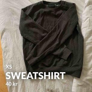 En helt vanlig grå sweatshirt från Lager 157. Jätteskön och passar till vad som helst. I använt skick men inget man märker direkt. Frakt tillkommer 🧡