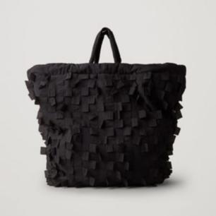 super trendig shopper från cos i nylon med justerbara band. rymmer otroligt mycket. ny!!! slutsåld + orginalpris är 690 🤩