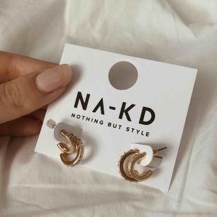 🦋🦋så fina örhängen från nakd!! Aldrig använda, endast testade. Frakt är inräknad 🦋🦋