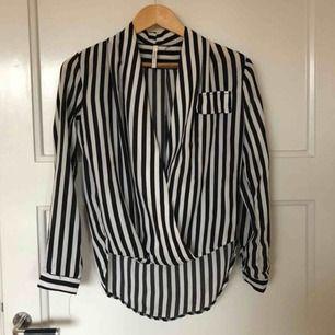 Skjorta i svart och vitt . Sheinside   Upphämtning i Skanstull alternativt frakt på 63kr