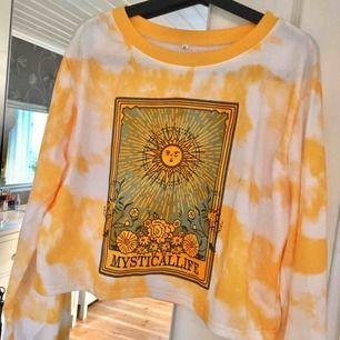 Älskar denna gula tiedye tröja från ROMWE men har tyvärr inte fått användning för den 🌸 Finns i Kalmar men kan fraktas, skriv för med detaljer, bilder och fraktpris 🌸