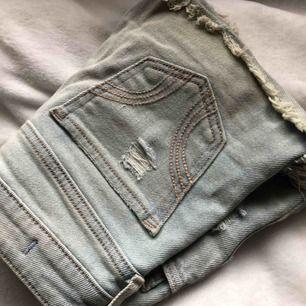 Snygga korta shorts som också är låga i midjan, använda endast 1 sommar!☀️☀️