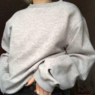oversized nike sweatshirt! nikelogga i nacken och på armen, finns en väldigt diskret fläck (bild 3) frakt 65kr✨ många intresserade så kör budgivning, bud från 310 inkl frakt!