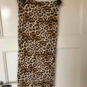 Knälång Leopardmönstrad kjol