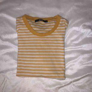 Gul och vitrandig t-shirt från Gina Tricot, använd  men fortfarande i gott skick