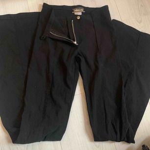 Säljer dessa fina svarta utsvängda byxor pga att dem är för små för mig, då jag heller inte kan visa dem på tyvärr. Dem är i ett mycket fint skick och är endast använda ett fåtal gånger. :) priset går att diskutera!