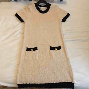 Vit/svart, small, bomull, kortklännning slutat några cm ovanför knät.