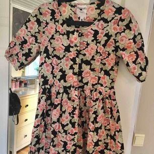 Jättegullig klänning från Monki med knappar fram, superfin på sommaren!! 🌸 Finns i Kalmar men kan fraktas, skriv för med detaljer, bilder och fraktpris 🌸