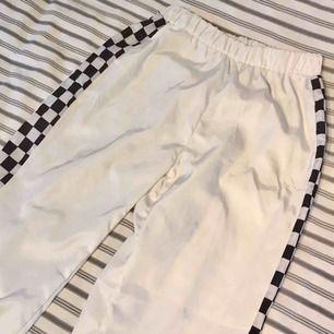Skitsnygga vita byxor med schackmönster på sidorna! Inga fickor tyvärr :( Dessa passar bäst en XS-S 🌸 Finns i Kalmar men kan fraktas, skriv för med detaljer, bilder och fraktpris 🌸