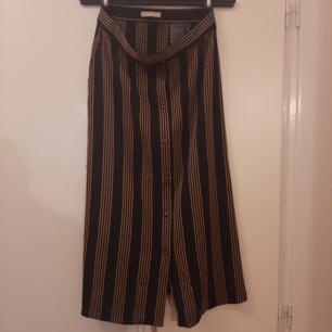 Oanvänd randig kjol från HM. Stl 36. Finns i Västerås eller skickas mot frakt.
