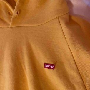 Gul croppad hoodie från Levi's, använd fåtal gånger och fortfarande i bra skick:) skriv för fler bilder