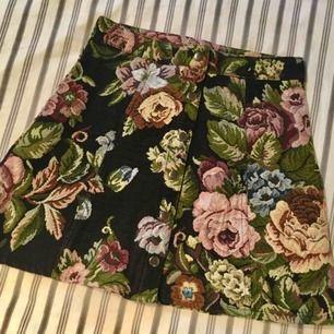 Världens finaste kjol köpt på Beyond Retro, bara använd för bilder. Originalpris var 500 kr därför det höga priset. Vill inte sälja den men får ingen användning för den 🌸 Finns i Kalmar men kan fraktas, skriv för med detaljer, bilder och fraktpris 🌸