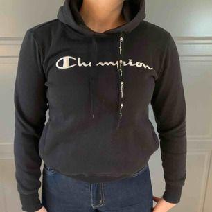 Champion hoodie köpt på stadium. Använd 2 ggr. Säljes pga att den är för liten för mig. Väldigt mjuk men är liten till sin storlek så skulle nog säga att denna sitter som en xs. 300kr köparen står för frakt. Nypris 500kr