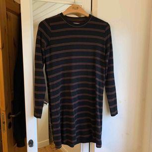 Jätte fin randig klänning från Pull&Bear som jag aldrig använt. Storlek L men passar mig bra som lite oversize. Frakt tillkommer. Kontakta mig gärna vid frågor!🥰