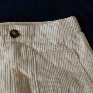 En krämvit Manchester kjol från hm. Säljer då den inte kommer till användning:)