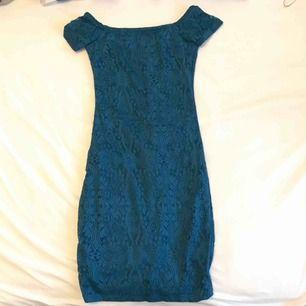 Jag har två stycken blå och svart. Stretchiga kortklänningar superfina med nät tyg.