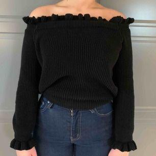 Jättefin off shoulder tröja från Nakd. Använd ett fåtal gånger och är i mycket bra skick. Säljes pga att den inte kommer till användning. 200kr köparen står för frakten. Nypris 400kr.