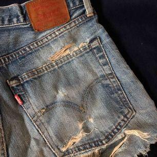 Ett par jeans shorts från levi's. Köpt på loppis för över 1 år sen, väldigt fina och dem är i bra skick. Dem har dock ett hål under fickan på baksidan, själv tycker jag att det ör snyggt!
