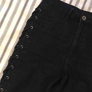 Skitsnygga svarta byxor med snörning nerför hela benen. Perfekt på krogen!! 🌸 Finns i Kalmar men kan fraktas, skriv för med detaljer, bilder och fraktpris 🌸
