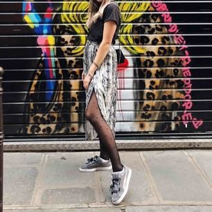 Skitcool kjol som sitter helt otroligt i midjan. Går att ha helknäppt eller uppknäppt ifall man vill ha slits. Sjukt härligt material och köpt på zara för 549kr KNAPPT ANVÄND!