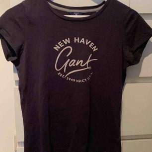 Säljer denna mörkblåa äkta Gant t-shirten . Köpt på Johnells. Vet ej ord priset då det var en present till mig, men jag kan garantera att det kostade mer än detta pris. Använd några gånger.