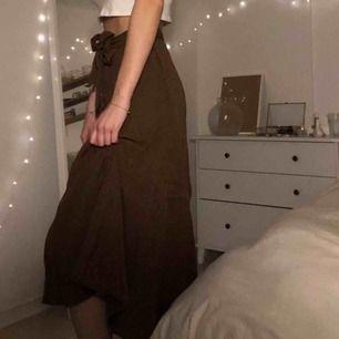 Brun lång kjol med slits och knytning från Zara, aldrig använd. Köparen står för frakten :)