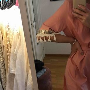 Lång Strandklänning men söta detaljer. Lite stor på mig som är S/XS. Aldrig använd💛