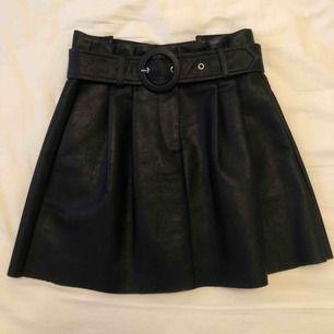 Skinnkjol med snyggt justerbart bälte i midjan och fickor på sidorna! Använd 1 gång. Frakt tillkommer.