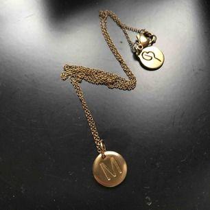 Initialhalsband från edbald med bokstaven M