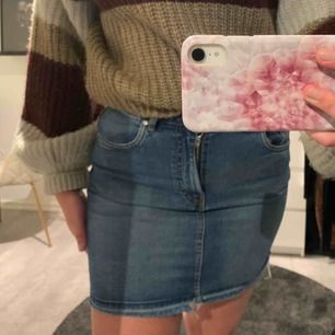 Jättefin jeanskjol från Zara. Aldrig använd. Säljes pga att den är för liten för mig. 50kr köparen står för frakt. Nypris 150kr