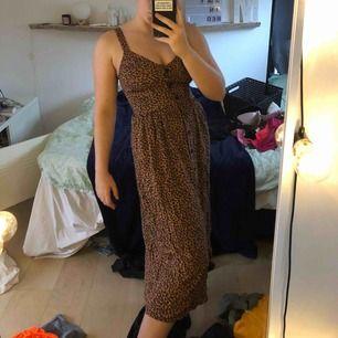 En leopard klänning från Lindex som aldrig är använd! Väldigt fin och är i bra skick köpte bara i för liten storlek:(