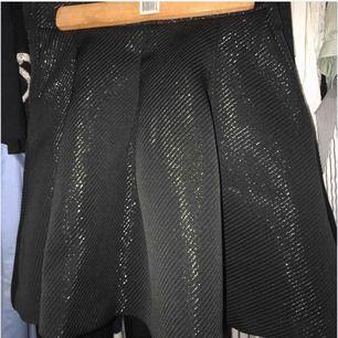 Kjol som endast är använd under ett tillfälle så i princip som ny, skriv för fler bilder