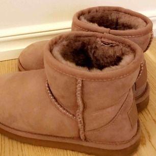 Säljer mina uggs-inspirerade skor, använda 2-3 gånger. Nypris 700kr💗 köparen står för frakten, kan mötas upp i Norrtälje eventuellt Sthlm