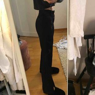 Jättefina kostymbyxor fast i ett väldigt skönt och mjukt material! Storlek L men de passar mig som är en S!💛