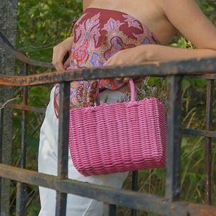 Rosa plastic fantastic korg-liknande väska köpt vintage. Använd en gång, som ny! Skickas med frakt för 63kr då den är svår att paketera ner i postnords egna påsar 💕