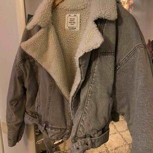 Infodrad jeansjacka från pull&bear. Köptes förra året och har ej använt den mycket. Frakt ingår :))