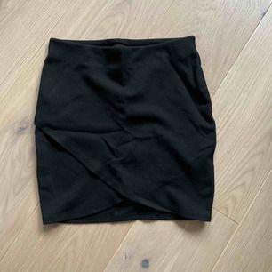 Svart tajt kjol med omlott skurning