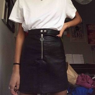 Asball svart läderkjol (inte äkta) med silvrig dragkedja mitt fram😎 Den sitter väldigt snyggt och  är bra längd på en 32:a eller liten 34:a. Den är i stort sett ny, bara använd en gång. Pris går att diskutera! Möts i Stockholm💙